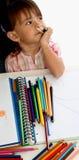 Mädchen-Kind-Kleinkind, das eine Abbildung malt Lizenzfreie Stockbilder