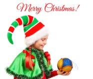 Mädchen in Klage Sankt-` s Elfe mit einem Weihnachtsball Stockfotografie