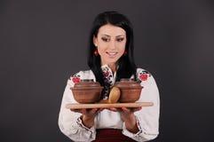 Mädchen kleidete in der ukrainischen Art, Lehmgeräte an Lizenzfreie Stockfotos