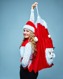 Mädchen kleidete in Sankt-Hut an, der ein Weihnachten hält Stockfoto
