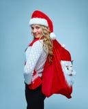 Mädchen kleidete in Sankt-Hut an, der ein Weihnachten hält Stockbilder