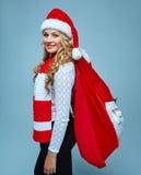 Mädchen kleidete in Sankt-Hut an, der ein Weihnachten hält Stockfotografie