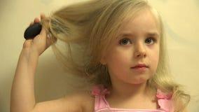 Mädchen-Kleinkind-Kinderhaar kleidet sich mit einem Haar-Kamm und einer Bürste 4K UltraHD, UHD stock footage