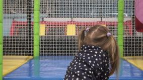 Mädchen klettert Treppe und schiebt unten auf Spielboden in der Mitte der Kinder stock video footage