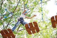 Mädchen klettert zu den hohen Seilstrukturen Stockbilder