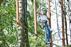Mädchen klettert zu den hohen Seilstrukturen Stockbild