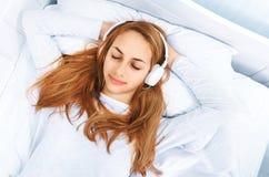 Mädchen Kopfhörer auf dem Hören Musik stockbild