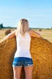 Mädchen in kurze Jeanshose auf Feld. Lizenzfreie Stockfotos