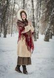 Mädchen lächelt am kalten Wintertag draußen in einem schneebedeckten Park lizenzfreie stockfotografie