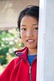 Mädchen lächelt mit glücklichem Stockbild