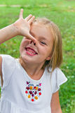 Mädchen lässt Gesichter Hexe nachahmen Lizenzfreies Stockfoto