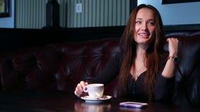 Mädchen lacht über einem Tasse Kaffee. stock footage