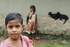 Mädchen in landwirtschaftlichem Indien lizenzfreie stockfotos