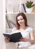 Mädchen las Buch Lizenzfreie Stockfotografie