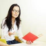 Mädchen las das Buch stockfoto