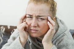 Mädchen leidet unter schrecklichen Kopfschmerzen und drückt den Kopf mit den Fingern zusammen stockbild