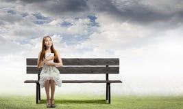 Mädchen Lesebuch Lizenzfreies Stockbild