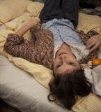 Mädchen liegt auf dem Bett Lizenzfreie Stockbilder