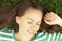 Mädchen liegt auf Gras lizenzfreies stockfoto