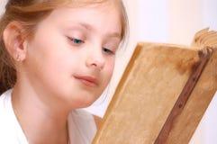 Mädchen liest altes Buch stockfoto