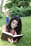 Mädchen liest Buch Lizenzfreies Stockfoto