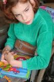 Mädchen liest das Buch Lizenzfreie Stockbilder