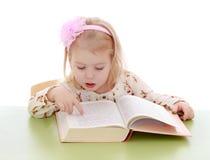 Mädchen liest ein Buch Stockfoto