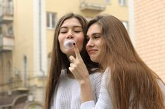 Mädchen möchte Blase des Kaugummis sprengen stockfotografie