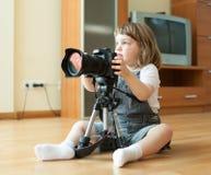Mädchen macht Foto mit Kamera Stockbilder