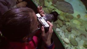 Mädchen macht Fotos des bunten Unterwasserweltvorrat-Gesamtlängenvideos stock video