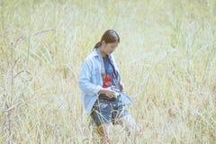 Mädchen macht Fotos mit Weinlesefotokamera der im Freien, Frau p lizenzfreie stockfotos