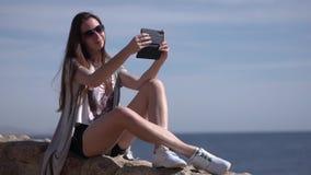 Mädchen macht selfie in der Zeitlupe auf dem Strand stock video footage