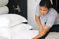 Mädchen Making Bed lizenzfreies stockfoto