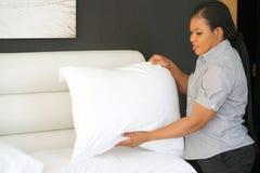 Mädchen Making Bed stockbilder