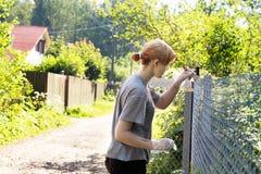 Mädchen malt einen Zaun Lizenzfreie Stockbilder