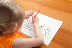 Mädchen malt Haus Stockfotos