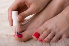 Mädchen malt ihre Nägel Stockfotos