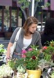 Mädchen am Markt stockbilder