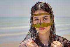 Mädchen in Maske bandari Frau, Strand des Persischen Golfs, der Iran stockfoto