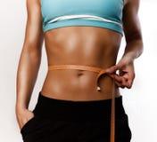 Mädchen misst ihren muskulösen Bauch lizenzfreie stockbilder