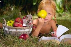 Mädchen mit Äpfeln Stockfoto