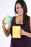 Mädchen mit Überraschung ihren Geschenkkasten sehend lizenzfreies stockbild