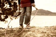 Mädchen mit überspringendem Seil lizenzfreie stockbilder