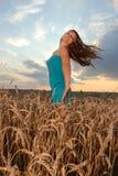 Mädchen mit Abnutzung der beiläufigen Art gegen Sonnenunterganghimmel Stockfoto