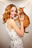 Mädchen mit abyssinischer Katze Stockbild