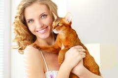 Mädchen mit abyssinischer Katze Stockbilder