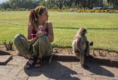 Mädchen mit Affen stockfotografie