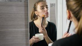 Mädchen mit Akne auf dem Gesicht ist ein Badezimmer durch den Spiegel stock video footage