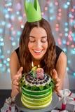 Mädchen mit alles- Gute zum Geburtstagkuchen Lizenzfreies Stockfoto