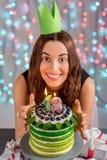 Mädchen mit alles- Gute zum Geburtstagkuchen Lizenzfreie Stockfotografie